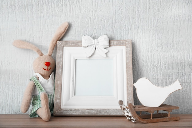 Kerstcompositie met frame op lichte achtergrond