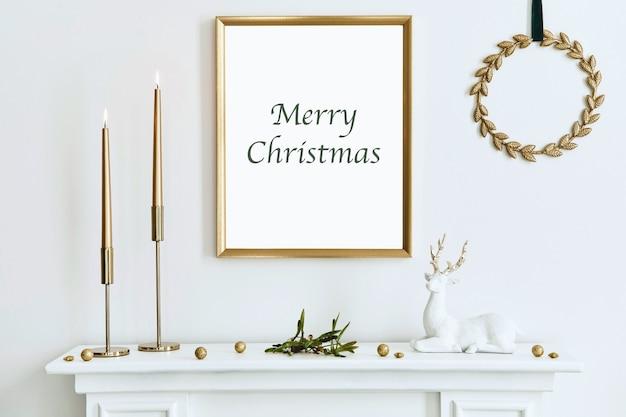 Kerstcompositie met gouden mock-up posterframe witte schoorsteen en decoratie kerstbomen