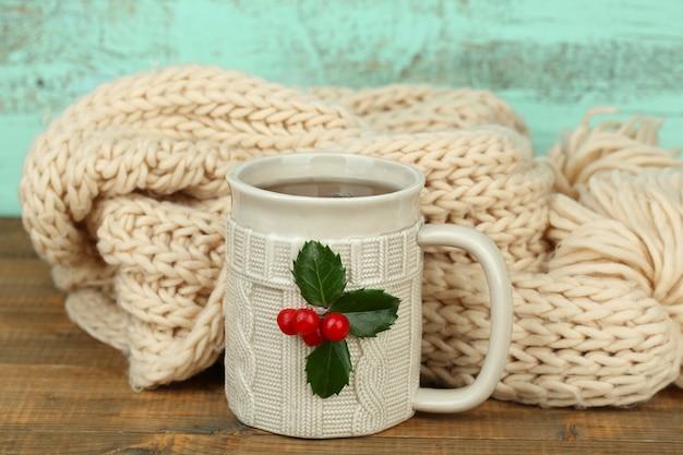 Kerstcompositie met kop warme drank, op houten tafel