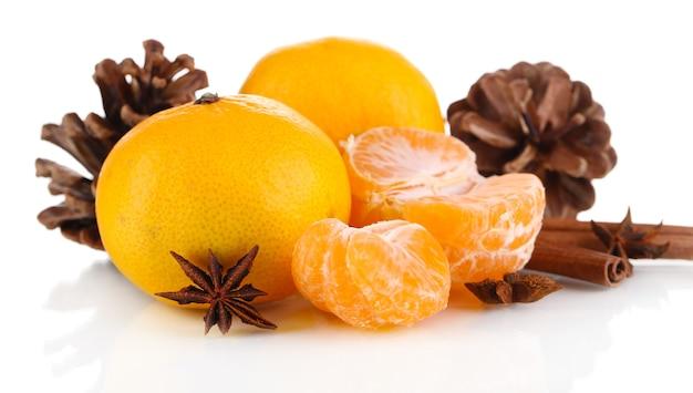 Kerstcompositie met mandarijnen geïsoleerd wit