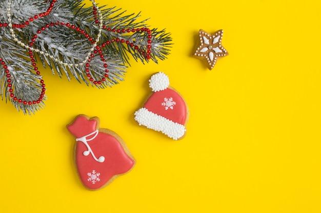 Kerstcompositie met peperkoek op de gele achtergrond. bovenaanzicht. ruimte kopiëren.