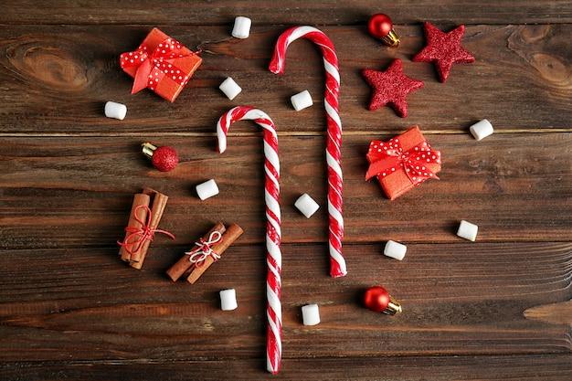 Kerstcompositie met zuurstokken en decoraties op houten achtergrond