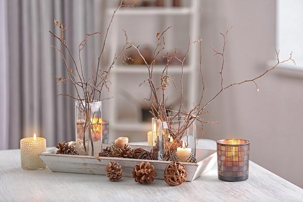 Kerstcompositie op witte houten tafel
