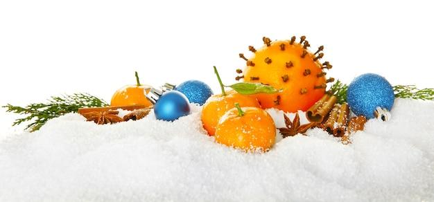 Kerstcompositie van citrusvruchten, kruiden en sneeuw