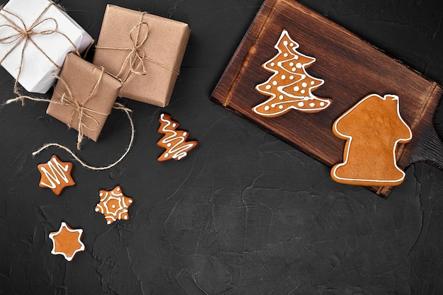 Kerstcompositie xmas cookies geschenken feestelijke decoratie op zwarte achtergrond plat lag bovenaanzicht met...