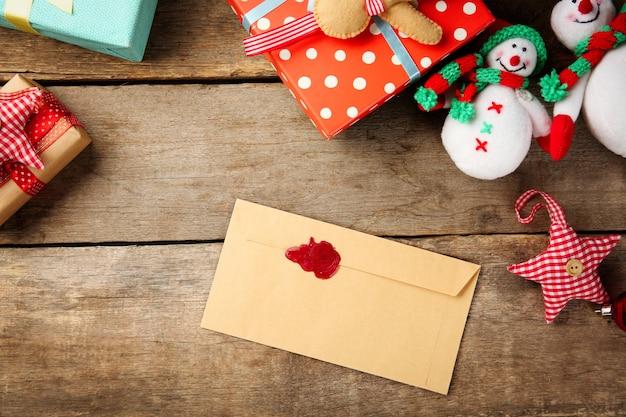 Kerstconcept. envelop met kerstversiering op houten achtergrond