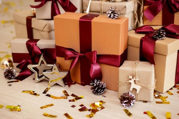 Kerstconcept - ingepakte cadeaus met gouden confetti op de vloer