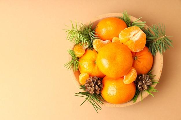 Kerstconcept met mandarijnen op beige background