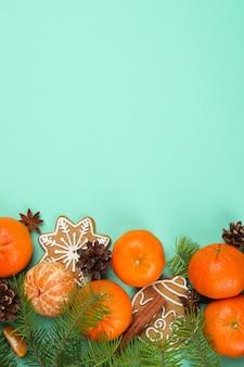 Kerstconcept met mandarijnen op muntachtergrond