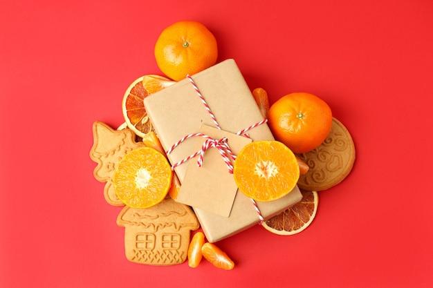 Kerstconcept met mandarijnen op rode achtergrond