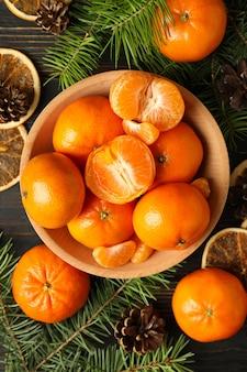 Kerstconcept met mandarijnen op rustieke houten tafel