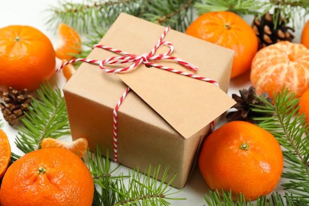 Kerstconcept met mandarijnen op witte achtergrond