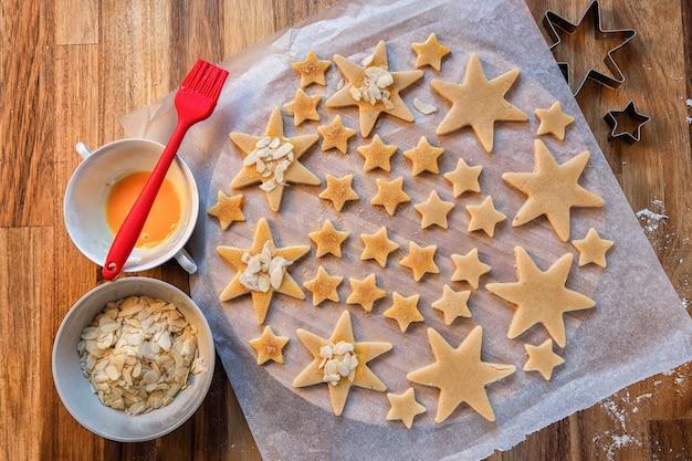 Kerstdag. feestdagen, kerstbereidingen. kerstkoekjes bakken. vormen en producten voor koekjes.