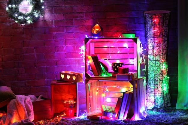 Kerstdecor in een kamer op een bakstenen muuroppervlak