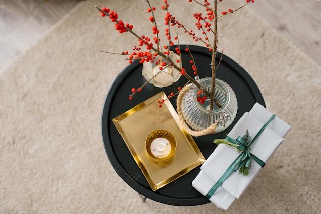 Kerstdecor op de salontafel in de woonkamer