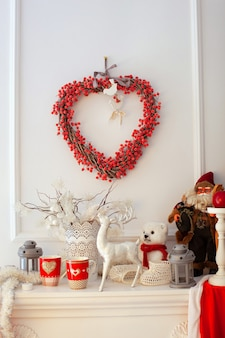 Kerstdecor op open haard in huis.