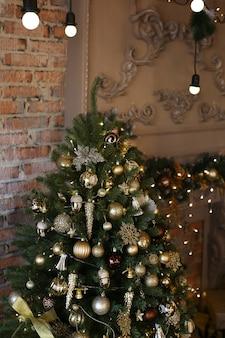 Kerstdecor tegen de achtergrond van een donker interieur