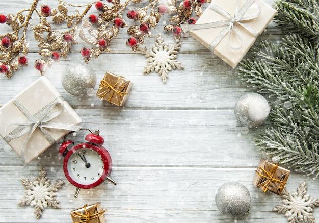 Kerstdecoratie achtergrond met geschenken en wekker