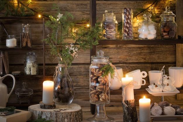 Kerstdecoratie cacaobar met koekjes en snoep op oude houten achtergrond