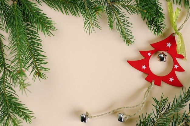 Kerstdecoratie-elementen en tak van spar op pastel. wenskaart .copyspace, bovenaanzicht