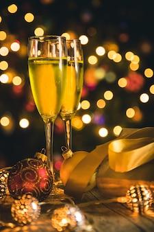 Kerstdecoratie en champagne.