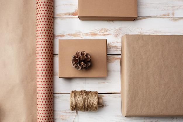 Kerstdecoratie en geschenkdozen op houten achtergrond. bovenstaande.