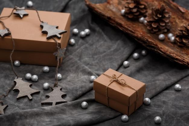 Kerstdecoratie en geschenkdozen over grijs oppervlak