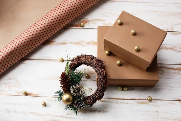 Kerstdecoratie en geschenkdozen over houten tafel