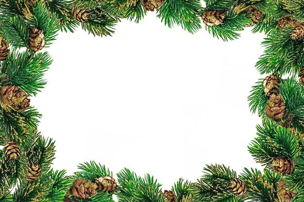 Kerstdecoratie en kerstballen op witte achtergrond.