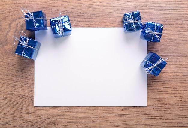 Kerstdecoratie en papier op bruin hout