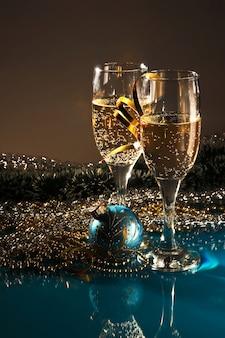 Kerstdecoratie en twee glazen wijn