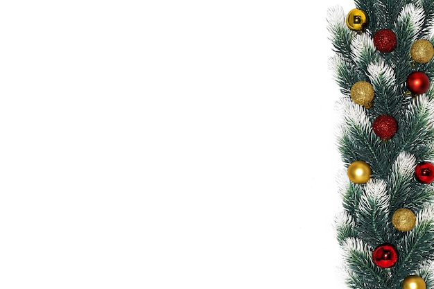 Kerstdecoratie fir tree takken met sneeuw, gouden rode ballen op witte achtergrond samenstelling