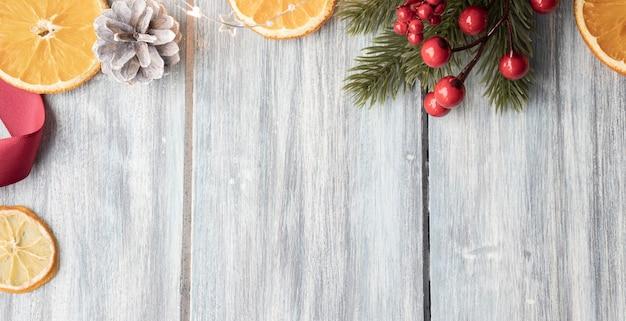 Kerstdecoratie frame op houten achtergrond, kerstmissamenstelling