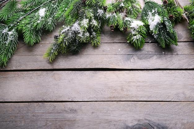 Kerstdecoratie frame op houten achtergrond Premium Foto