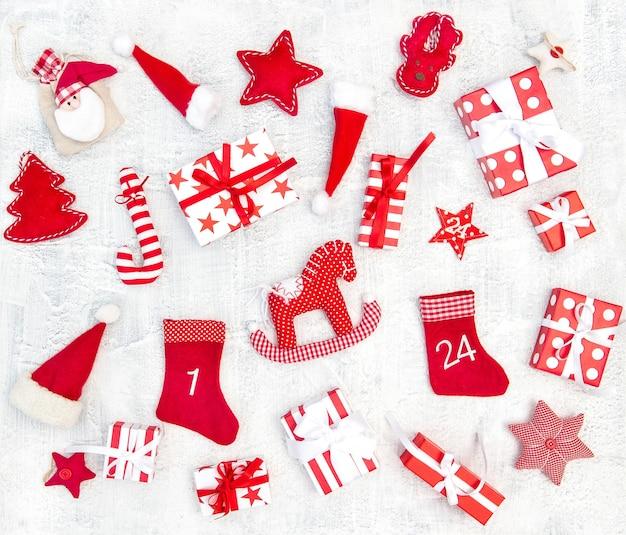 Kerstdecoratie geschenkdozen en ornamenten op witte achtergrond