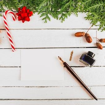 Kerstdecoratie in de buurt van papier en pen