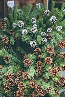 Kerstdecoratie in een boomwinkel met geschilderde dennenappels