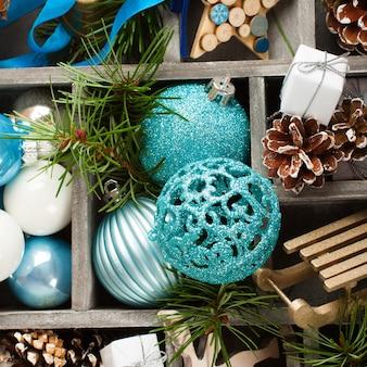 Kerstdecoratie in houten kist.