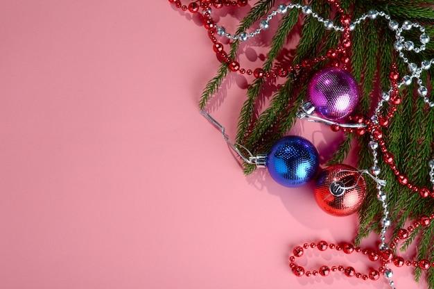 Kerstdecoratie: kerstbal en ornamenten met de tak van de kerstboom
