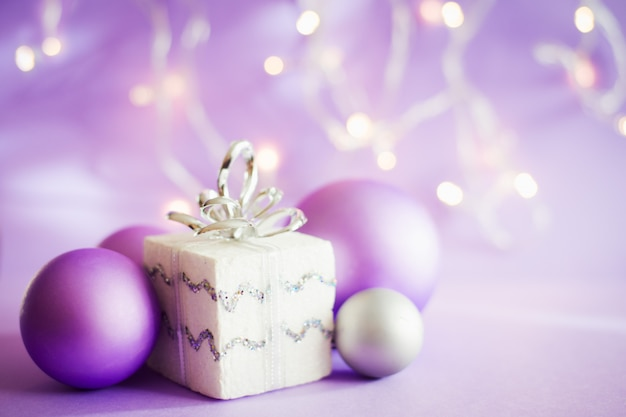 Kerstdecoratie, lila wereldbol en lichten