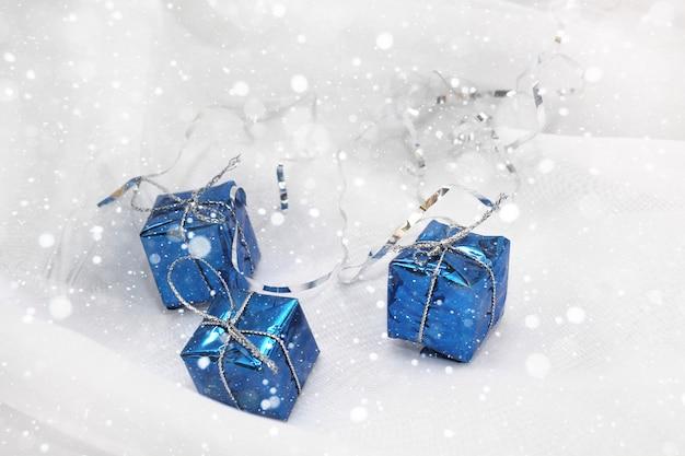 Kerstdecoratie met cadeau sneeuw