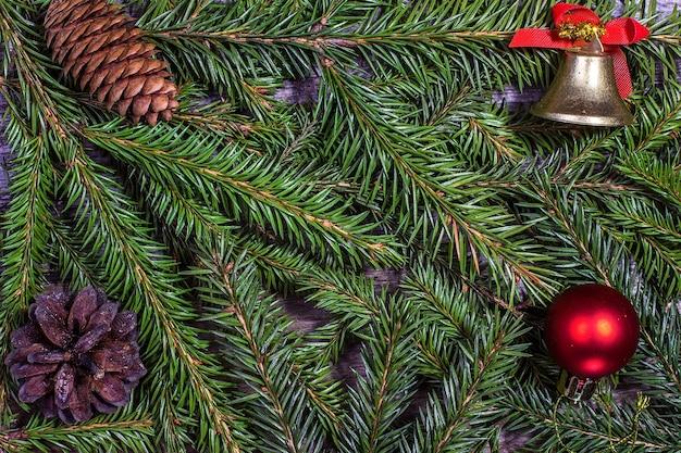 Kerstdecoratie met dennenappels en ballen. kan als achtergrond worden gebruikt Premium Foto