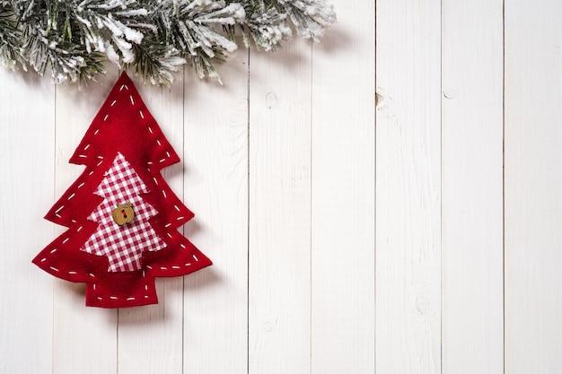 Kerstdecoratie met dennentakken op de achtergrond van een boom met kopieerruimte