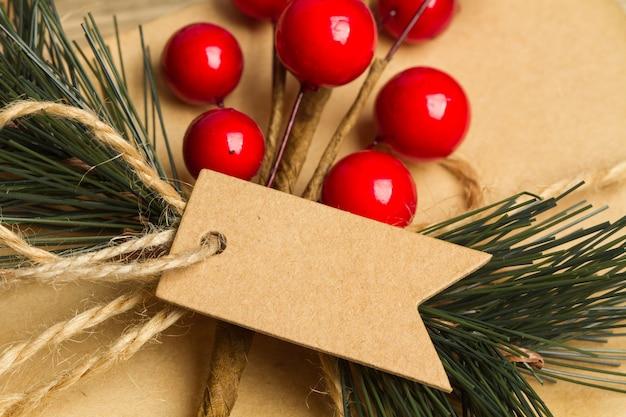 Kerstdecoratie met een kartonnen label in een close-up bekijken