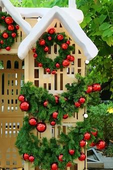 Kerstdecoratie met een poppenhuis in de tuin