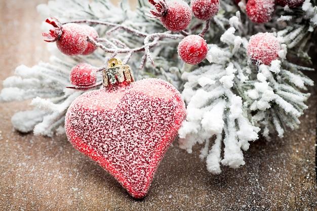 Kerstdecoratie met fir takken op de houten achtergrond.