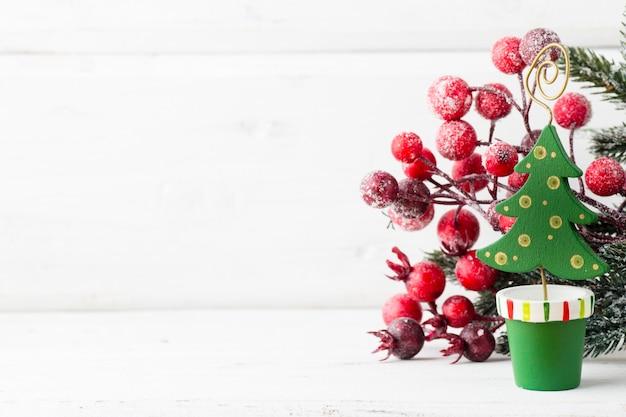 Kerstdecoratie met fir takken op de houten achtergrond