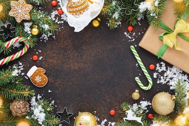 Kerstdecoratie met geschenkdoos, koekjes en zuurstokken