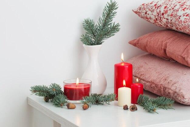 Kerstdecoratie met kaarsen op witte achtergrond