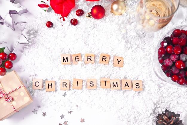 Kerstdecoratie met kerstster bloem, geschenkdoos, glazen champagne, veenbessen